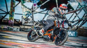 kleine KTM 125 Duke in action