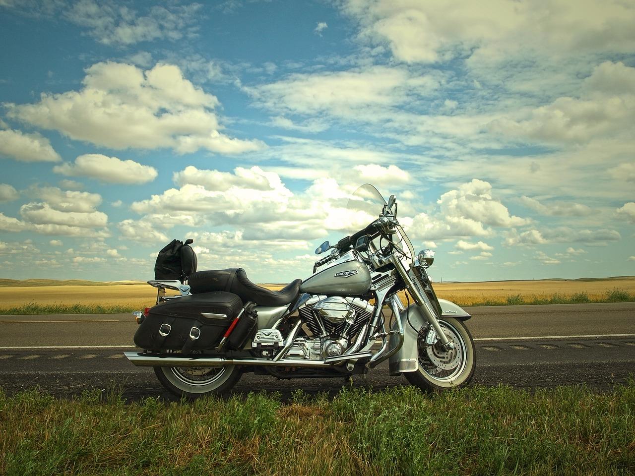 Auf dem Motorrad den Herbst genießen