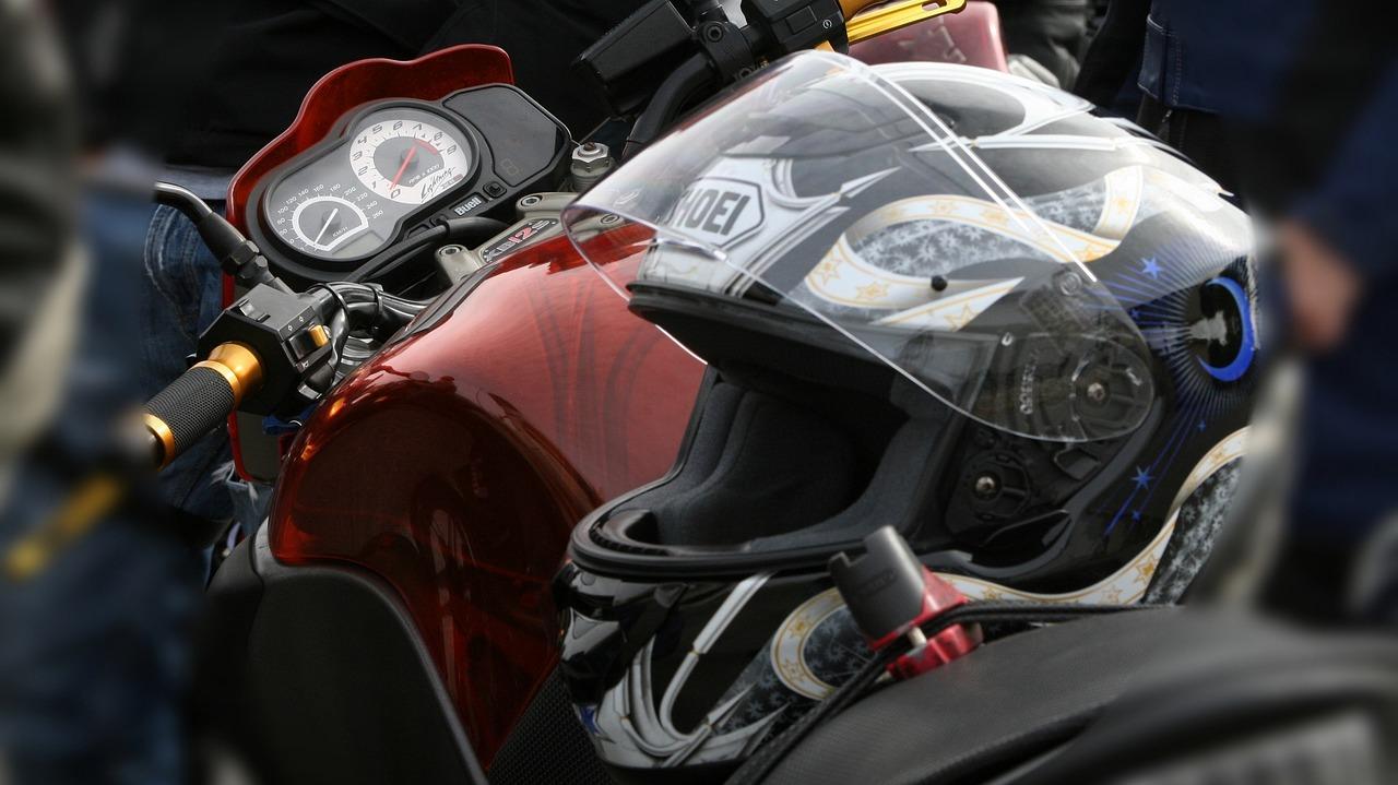 kinder-auf-dem-motorrad-brauchen-einen-passenden-helm
