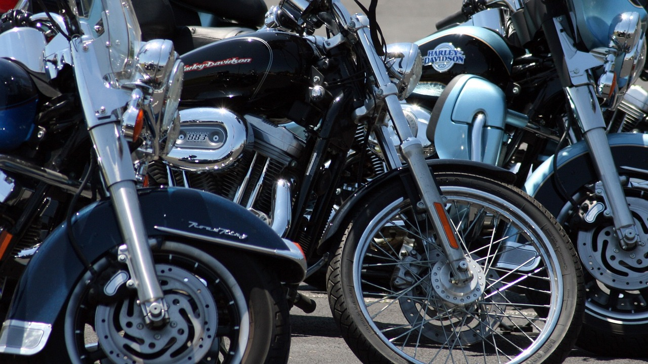 kinder-auf-dem-motorrad