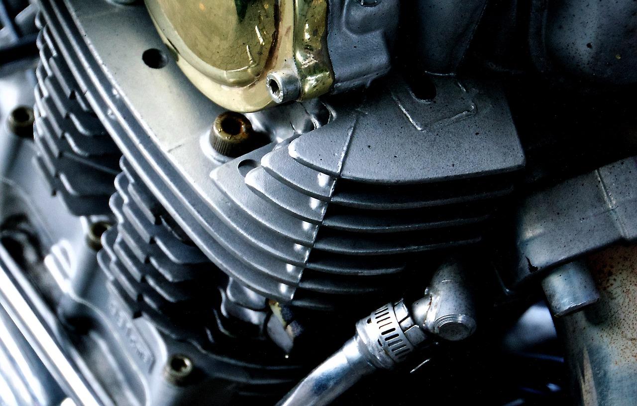 vorbereitungen-fuers-motorradjahr-beinhalten-auch-einen-oelwechsel